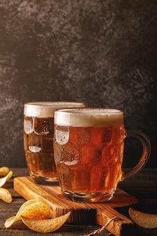 Cerveja gelada em garrafinhas de vidro em tábua