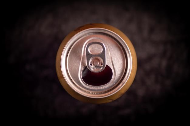 Cerveja lata na mesa preta