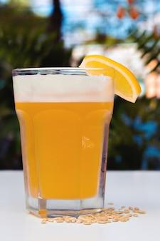 Cerveja leve não filtrada com espuma