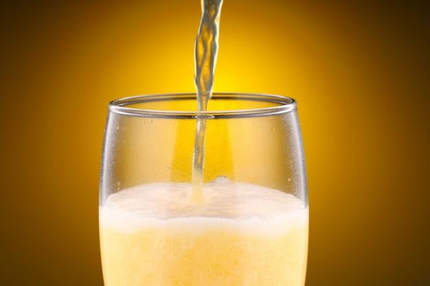 Cerveja leve não filtrada é servida em um copo