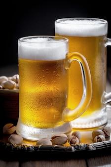 Cerveja light em um copo na mesa