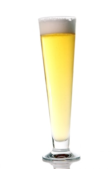 Cerveja light fresca com espuma em um copo