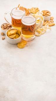 Cerveja loira de ângulo alto e petiscos saborosos