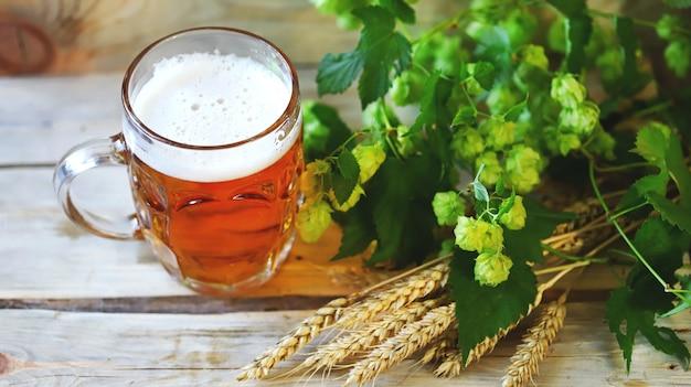 Cerveja, lúpulo, pretzels e espigas de trigo.