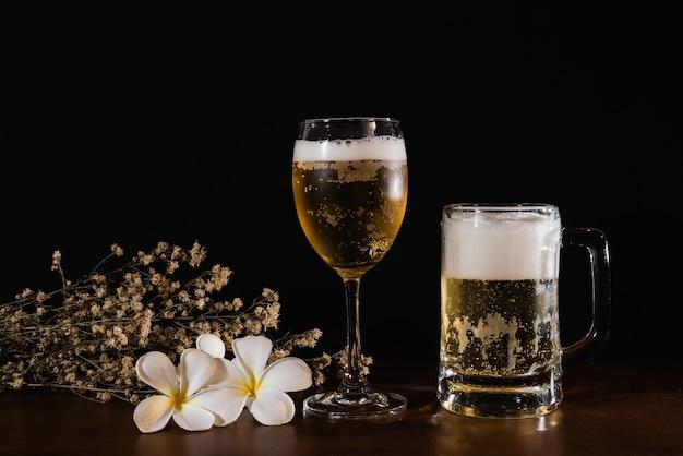 Cerveja na mesa de madeira e fundo preto