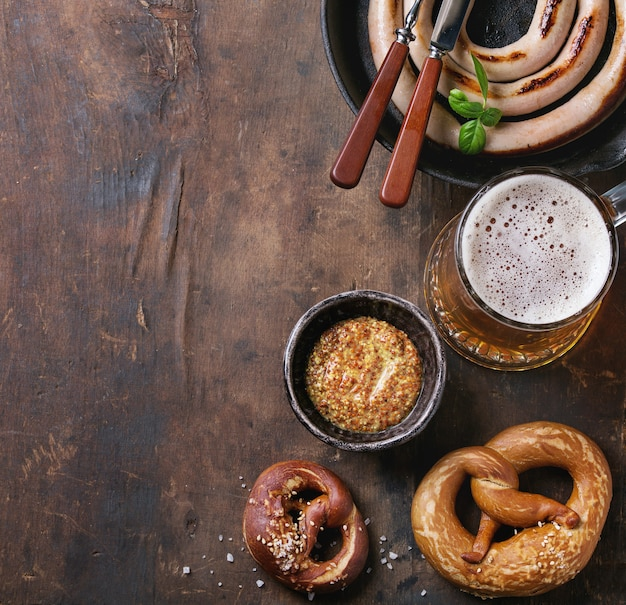 Cerveja pilsen com linguiça e pretzels