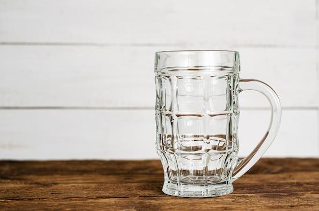 Cerveja pinta vazia na mesa de madeira