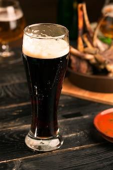 Cerveja porter na mesa rústica