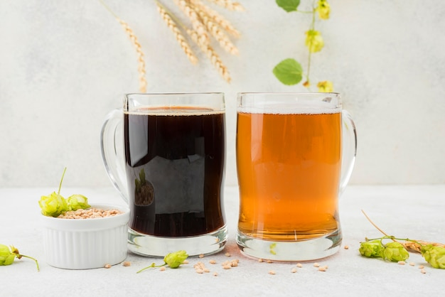 Cerveja preta e loira com sementes de trigo
