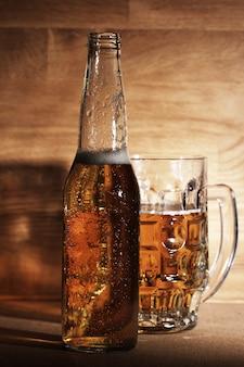Cerveja sobre a superfície de madeira