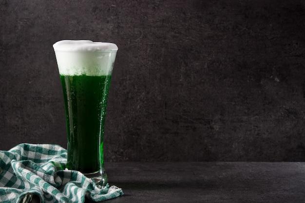Cerveja tradicional do dia de são patrício verde sobre fundo preto