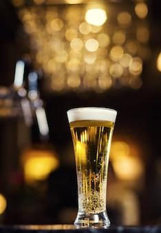 Cerveja, um copo de cerveja gelada fresca no bar. um bar. bar.restaurant.classic.evening.european restaurant.european bar.european bar.