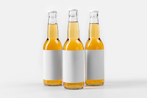 Cervejas alcoólicas de vista frontal com rótulos em branco