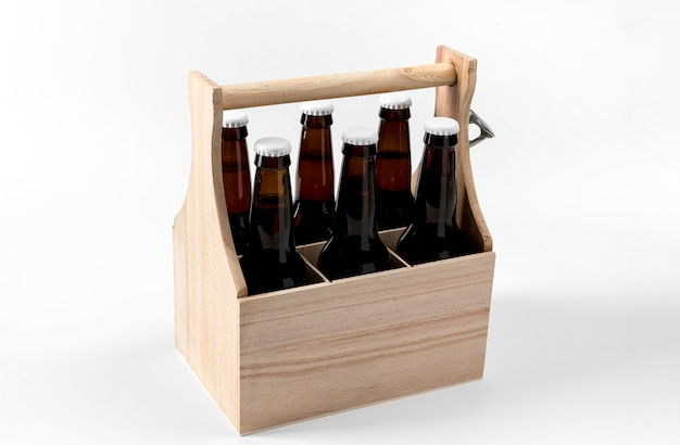Cervejas de ângulo alto em caixote de madeira