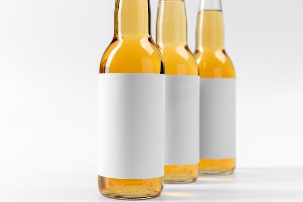 Cervejas de visão frontal com adesivos em branco