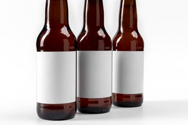 Cervejas de visão frontal com rótulos em branco