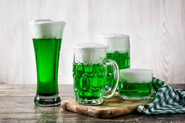 Cervejas tradicionais do dia de são patrício verde na mesa de madeira