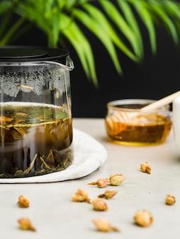 Cervejeiro de chá vista frontal com flores secas