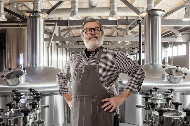 Cervejeiro profissional na produção artesanal de álcool.
