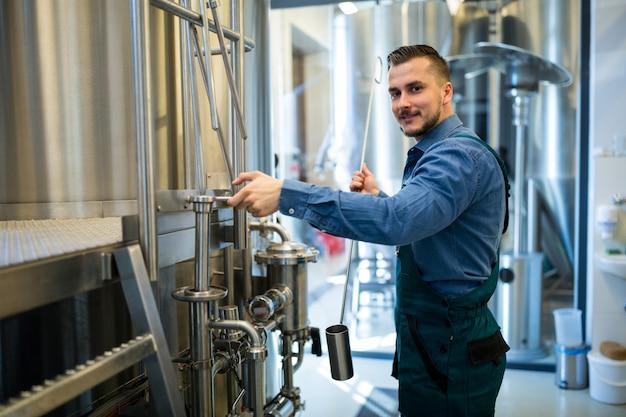 Cervejeiro trabalhando na cervejaria