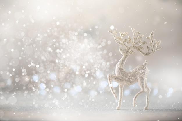 Cervos de prata do natal do glitter no fundo cinzento com bokeh das luzes, espaço da cópia.