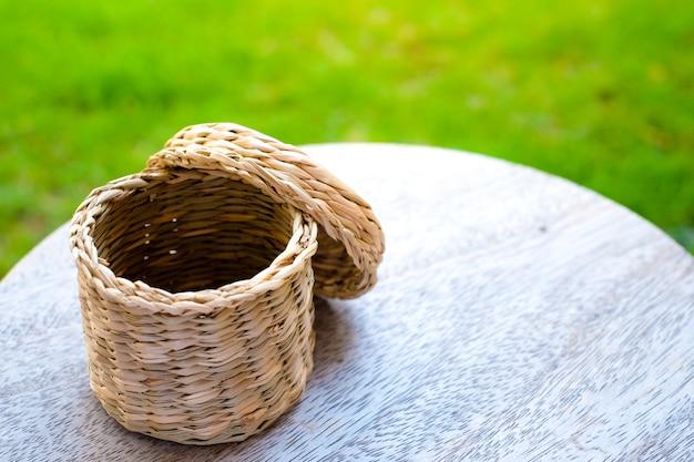 Cesta artesanal pequena em madeira com foco seletivo