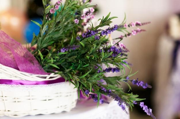 Cesta branca com lavanda e vegetação