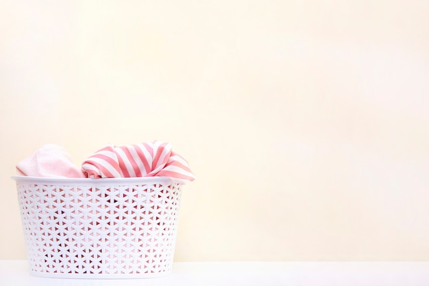 Cesta branca com roupa suja. conceito de lavagem de roupas e limpeza doméstica. copyspace