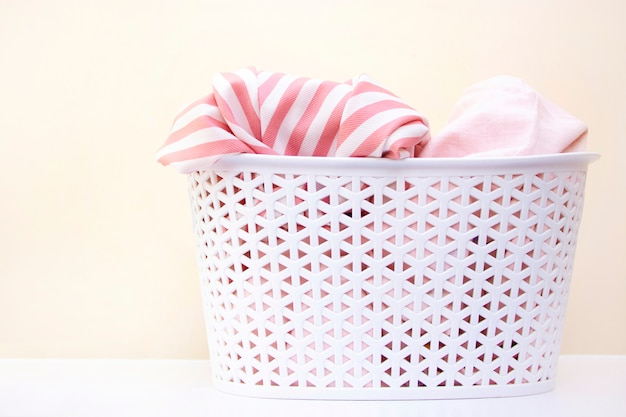 Cesta branca com roupa suja. lavanderia e conceito de limpeza doméstica