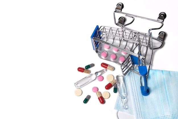 Cesta caída com close up de medicamentos em um fundo branco