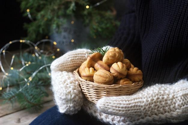 Cesta com biscoitos caseiros shortbread em mãos femininas em luvas o