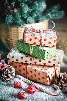 Cesta com brinquedos de natal e presentes de natal em um fundo de madeira