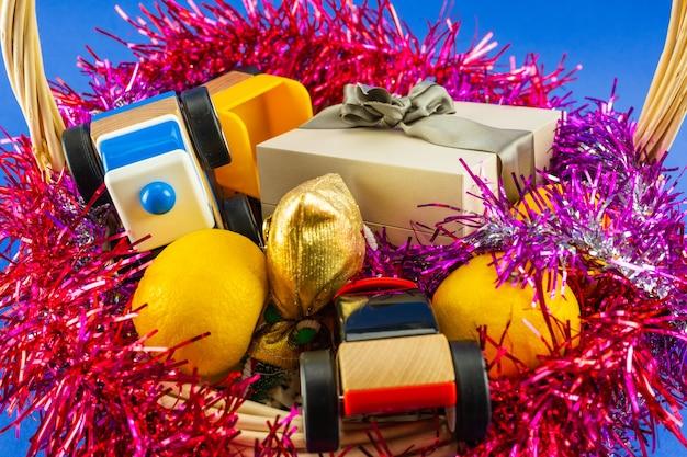 Cesta com close-up de presentes de bebê de natal. decoração de natal e ano novo.