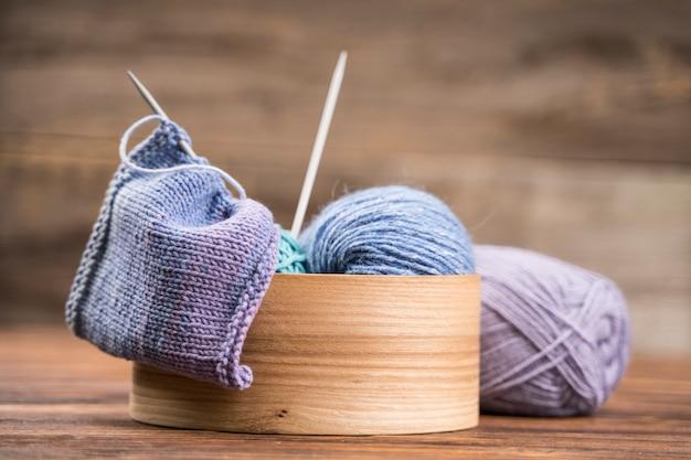 Cesta com fio de lã colorida