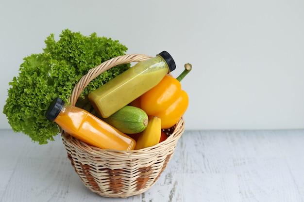 Cesta com frutas e legumes multicoloridos para uma boa saúde