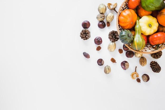 Cesta com legumes perto de senões