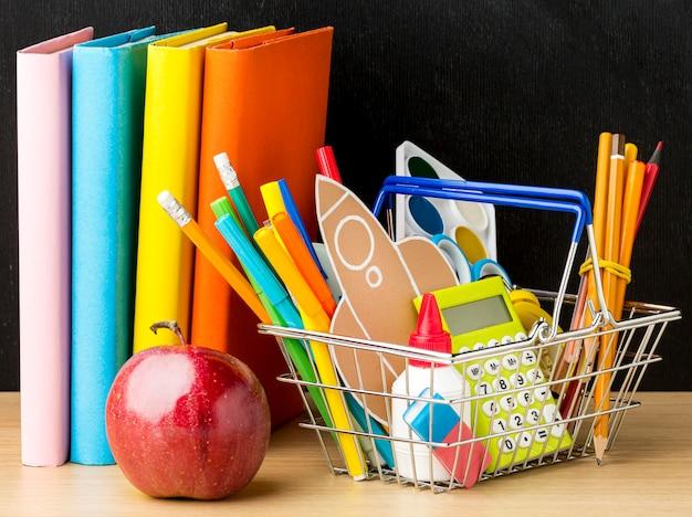 Cesta com livros e itens essenciais de volta à escola