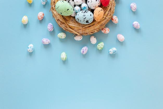 Cesta com ovos pintados para a páscoa