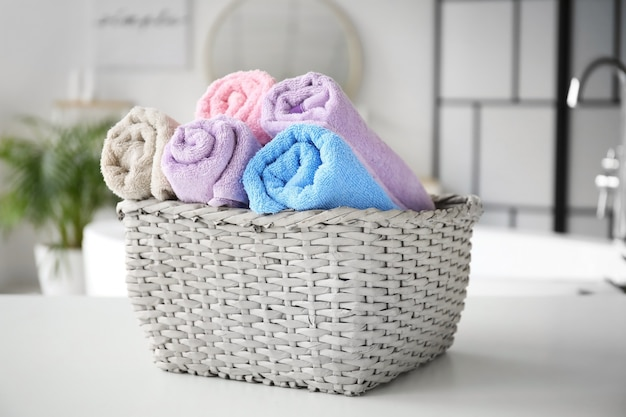 Cesta com roupa suja na mesa do banheiro