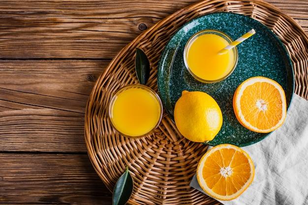 Cesta com suco de laranja natural e fresco