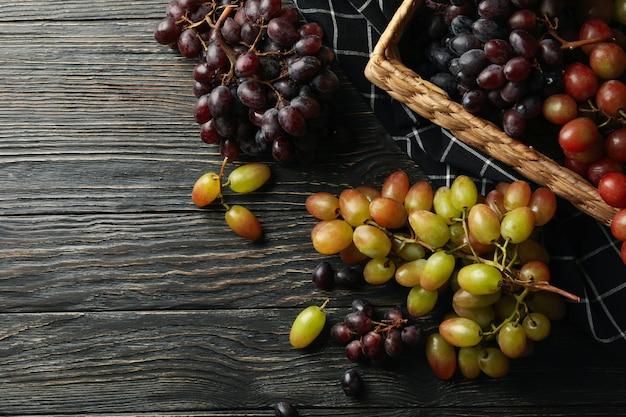 Cesta com uva madura na mesa de madeira