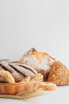 Cesta com variedade de pão e pastelaria