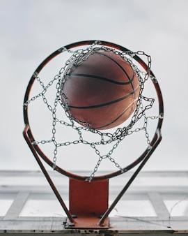 Cesta com vista inferior para jogo de basquete Foto gratuita
