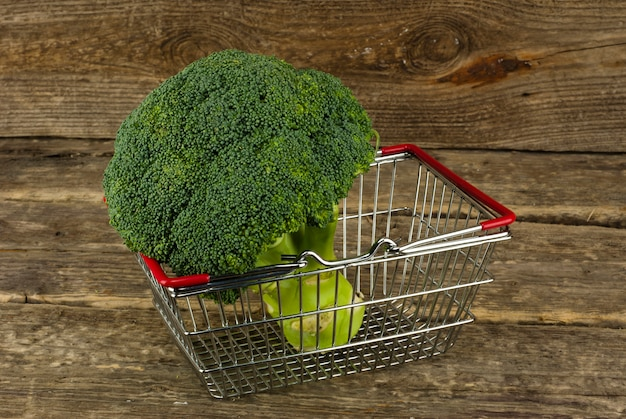 Cesta de alimentos de brócolis