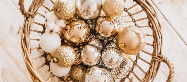 Cesta de ano novo com brinquedos de natal no chão de madeira