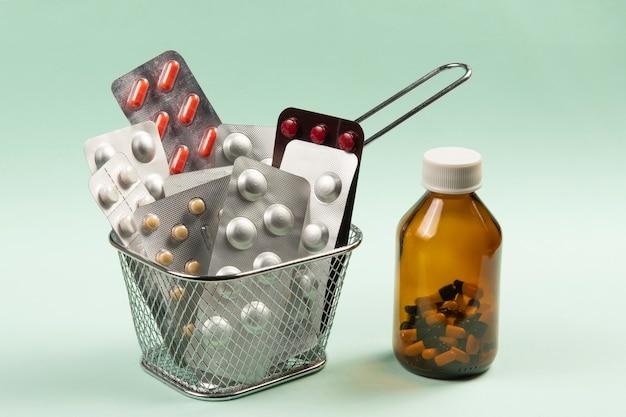 Cesta de arame cheia de bolha de remédio