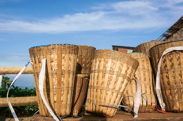 Cesta de bambu da tribo da colina