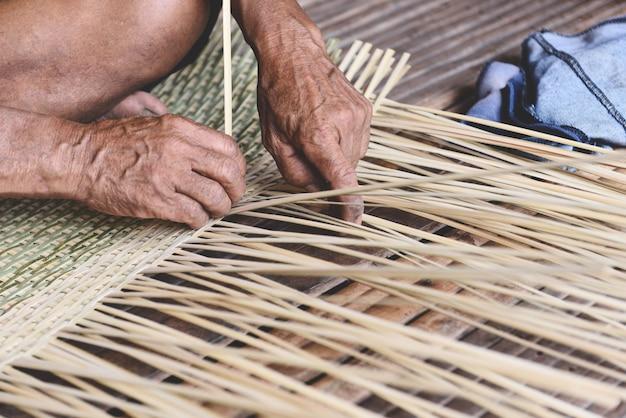 Cesta de bambu de tecelagem de madeira velha mão de homem sênior trabalhando artesanato mão feita cesta