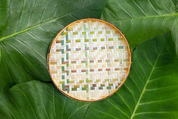 Cesta de bambu em folhas de taro