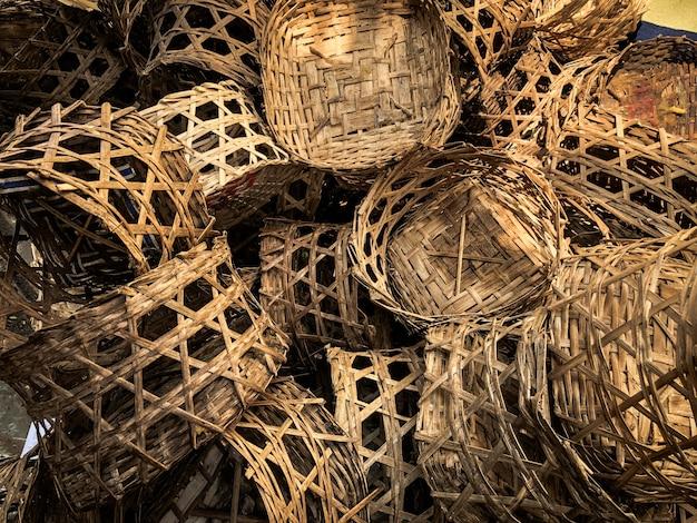 Cesta de bambu para vapor pilha no chão